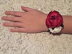 Náramky - Kvetinový náramok pre družičky (dĺžka stuhy 30 cm, veľkosť dekorácie 6x6 cm - Bordová) - 9999830_