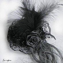 Ozdoby do vlasov - Malý gotický klobúčik s prameňom šedých vlasov - 10004248_