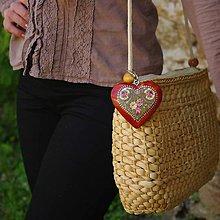 Iné šperky - Drevený prívesok na kabelku – mahagón srdce Folkový motív - 10012030_