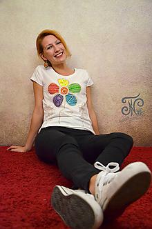 Tričká - Kvetinká veselá - maľované dámske tričko (M) - 10009039_