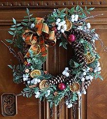 Dekorácie - Vianočný veniec na dvere - 10013426_