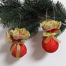 Úžitkový textil - Zlaté vločky v ornamentoch s bodkami na červenej (1)-dekoračné závesné gule - 10016041_