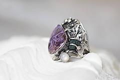 Prstene - Strieborný prsteň s čaroitom, grape chalcedónom a mesačným kameňom - Lesné tajomstvo - 10017722_