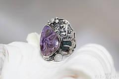 Prstene - Strieborný prsteň s čaroitom, grape chalcedónom a mesačným kameňom - Lesné tajomstvo - 10017723_