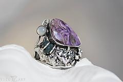 Prstene - Strieborný prsteň s čaroitom, grape chalcedónom a mesačným kameňom - Lesné tajomstvo - 10017725_