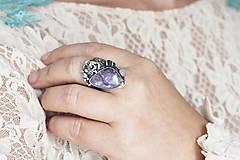 Prstene - Strieborný prsteň s čaroitom, grape chalcedónom a mesačným kameňom - Lesné tajomstvo - 10017728_