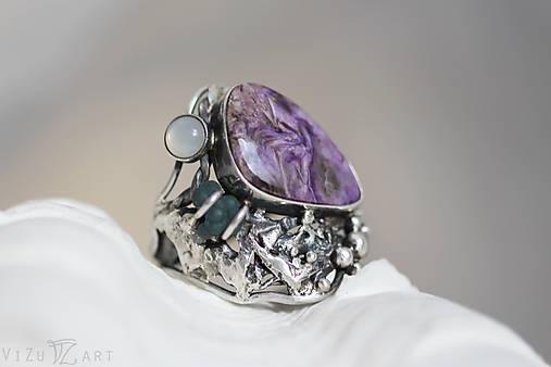 Strieborný prsteň s čaroitom, grape chalcedónom a mesačným kameňom - Lesné tajomstvo