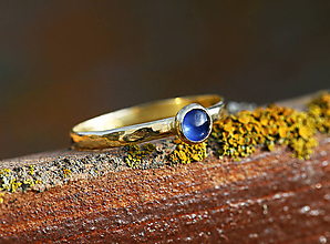 Prstene - Kovaný zlatý se safírem - 10018586_