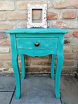 Nočný stolík s patinou