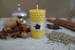 Svietidlá a sviečky - sviečka z včelieho vosku- krútená malá vianočná s fialovou hviezdičkou - 10024179_