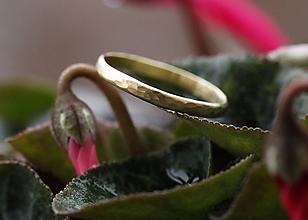 Prstene - Kovaný snubný zlatý, jemný pre ňu - 10026859_