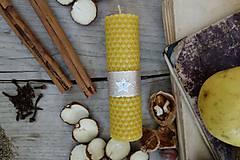 Svietidlá a sviečky - sviečka z včelieho vosku- krútená stredná vianočná s bielou hviezdičkou - 10027089_