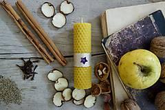 Svietidlá a sviečky - sviečka z včelieho vosku- krútená stredná vianočná s fialovou hviezdičkou - 10027165_