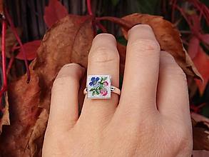 Prstene - Strieborný prsteň s ručne vyšívanými kvetmi - 10028212_