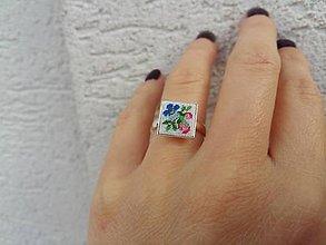 Prstene - Strieborný prsteň s ručne vyšívanými kvetmi - 10028228_