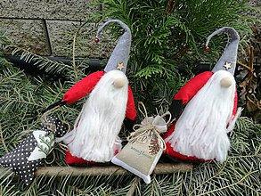 Dekorácie - Vianočný škriatok s batohom. - 10030411_