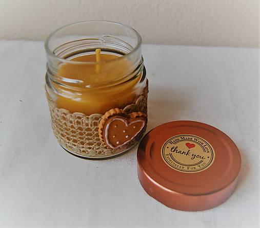 Sviečka z včelieho vosku v sklenenom pohári (s medovníkovím srdiečkom)