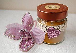 Svietidlá a sviečky - Sviečka z včelieho vosku v sklenenom pohári (so srdiečkom) - 10035520_
