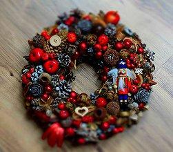 Dekorácie - Vianočný veniec s luskáčikom - 10037727_