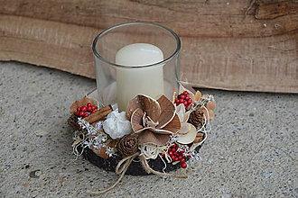 Svietidlá a sviečky - Vianočný drevený svietnik so sviečkou - prírodno-červený - 10037122_