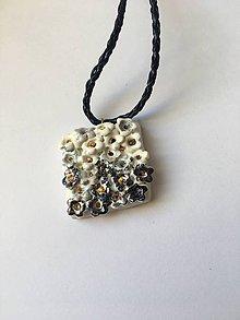 Náhrdelníky - kvetinkový /keramika/ - 10040963_