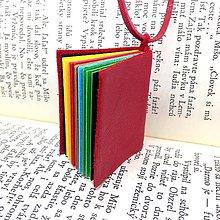 Náhrdelníky - Knihový náhrdelník / veľký / červeno-dúhový - 10040704_