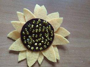 Odznaky/Brošne - Slnečnica - brošnička (slnečnica so sklenenými korálkami) - 10046229_