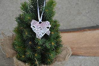 Dekorácie - Vianočná ozdoba na stromček - biele srdce s ružovo-sivou mašličkou - 10045863_