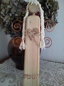 Dekorácie - Drevený anjel s krídlami z medeného drôtu - 10047747_