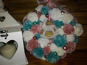 Dekorácie - Vianočný veniec pompom - 10051523_