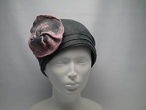 Čiapky - Šedý dámsky vlnený klobúk s kvetom - 10057425_