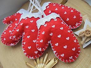 Dekorácie - Červené vianočné rukavičky so srdiečkami - 10055973_