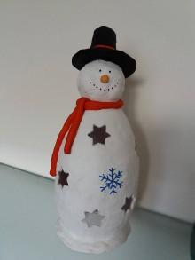 Dekorácie - snehuliačik - červený šál, čierny klobúk - 10054505_