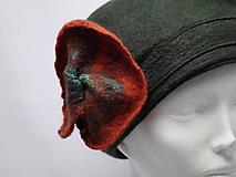 Čiapky - Zeleno-oranžový dámsky plstený klobúčik s kvetom - 10058071_