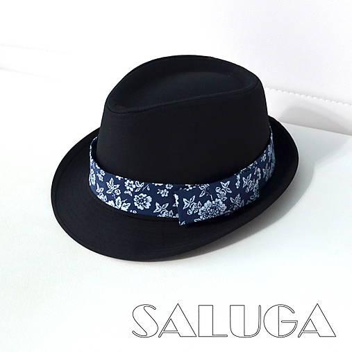 Čierny klobúk - tmavo modré previazanie