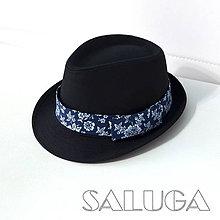 Čiapky - Čierny klobúk - tmavo modré previazanie - 10058480_