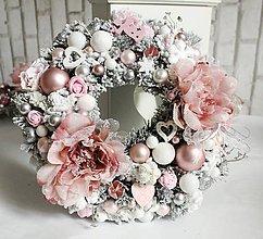 Dekorácie - Zimný zasnežený venček s vianočnými ružami ružovo-biely 30cm - 10061643_