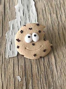 Náušnice - keksík s kúskami čokolády (brošňa malá) - 10059235_
