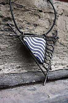 Náhrdelníky - Cínovaný prívesok s keramickým kabošonom - Vlny - 10065563_