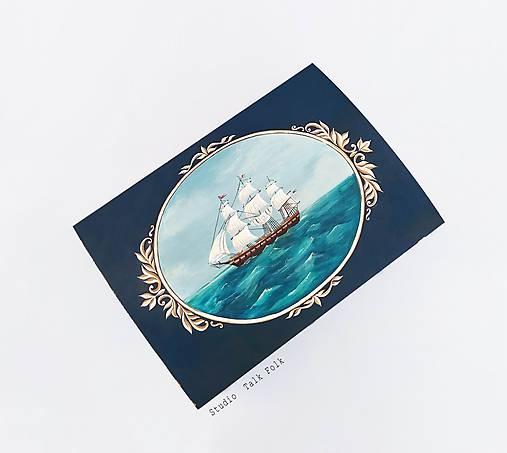 Maľovaná truhlica s plachetnicou a mapou