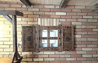 Dekorácie - Chaluparske falošne okienko s okenicami - 10066155_