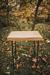 Štvorcový konferenčný stolík s čiernymi hairpin nožičkami