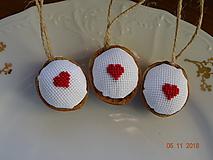Dekorácie - Oriešky vyšívané maličké  srdiečka červené - 10073066_