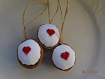 Dekorácie - Oriešky vyšívané maličké  srdiečka červené - 10073072_
