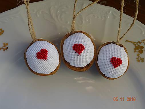 Oriešky vyšívané maličké  srdiečka červené