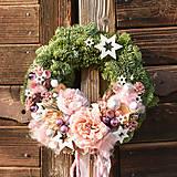 Dekorácie - Vianočný venček zo živej čečiny s ružami - 10080248_