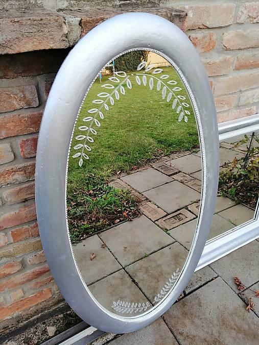 Oválne strieborné zrkadlo