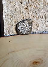 Drobnosti - Kvietok na čiernej bridlici - Na kameni maľované - 10076955_