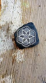 Drobnosti - Kvietok na čiernej bridlici - Na kameni maľované - 10076957_