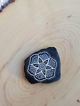 Drobnosti - Kvietok na čiernej bridlici - Na kameni maľované - 10076958_